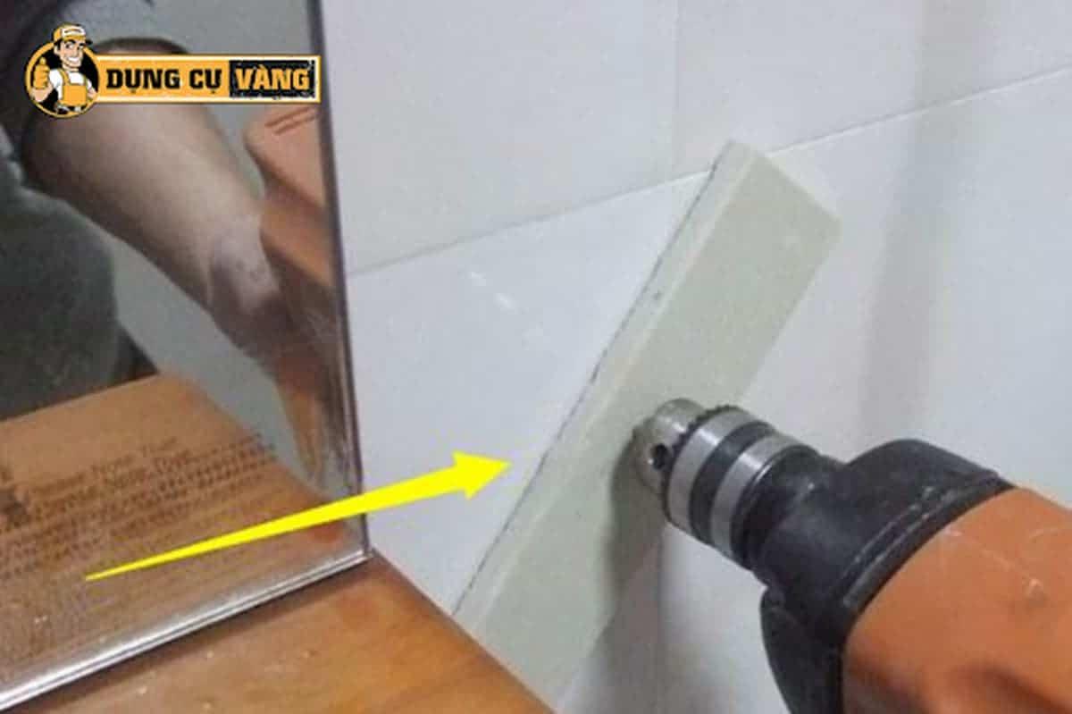 Cách khoan gạch ốp tường không vỡ với 1 miếng gạch lót lên trên